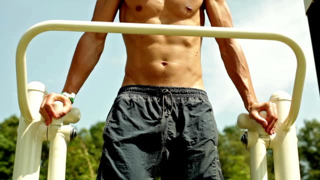 vídeos de stock, filmes e b-roll de homem exercitar músculos abdominais. - músculo humano