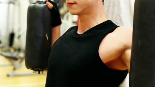Mann trainieren Sie im Fitness-Center