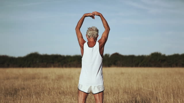 vídeos y material grabado en eventos de stock de ms man exercising in field / corsept, loire-atlantique, france - brazo humano