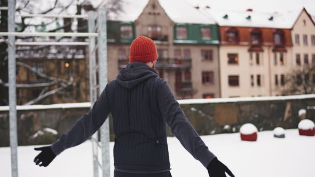 man tränar ute i snön - stretcha bildbanksvideor och videomaterial från bakom kulisserna