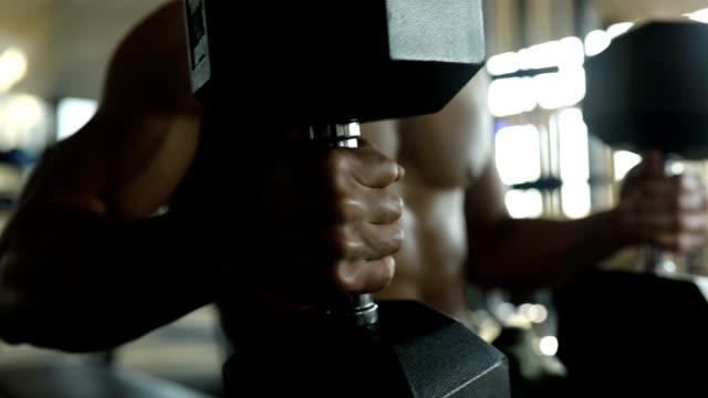 vídeos y material grabado en eventos de stock de hombre hacer ejercicios con pesas en el gimnasio - press de banca