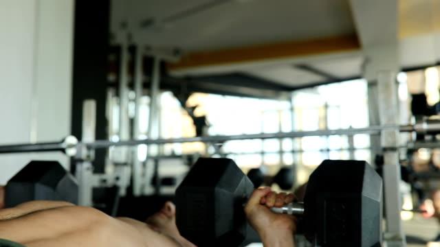 vídeos y material grabado en eventos de stock de hombre hacer ejercicio con pesas - press de banca