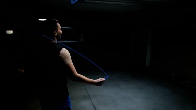 man tränar med hopprep inomhus - hopprep rep bildbanksvideor och videomaterial från bakom kulisserna