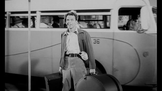 vídeos y material grabado en eventos de stock de 1955 man (frank sinatra) exits the bus and takes in the bustling city - salón de billares