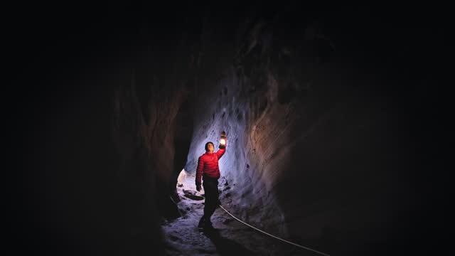 vídeos de stock, filmes e b-roll de homem explorando caverna - exploração