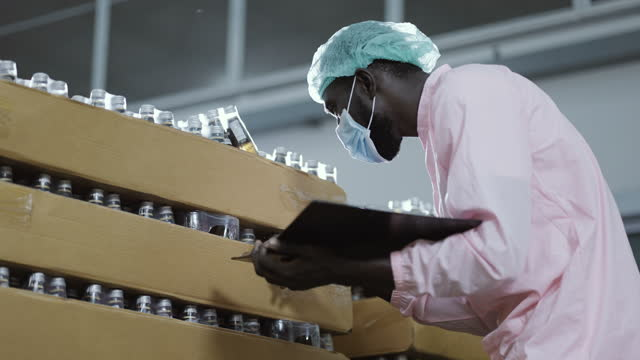 man factory workers monitoring cold drink bottles - surgical cap stock videos & royalty-free footage