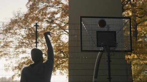 vídeos y material grabado en eventos de stock de hombre no anotar jugando baloncesto - derrota