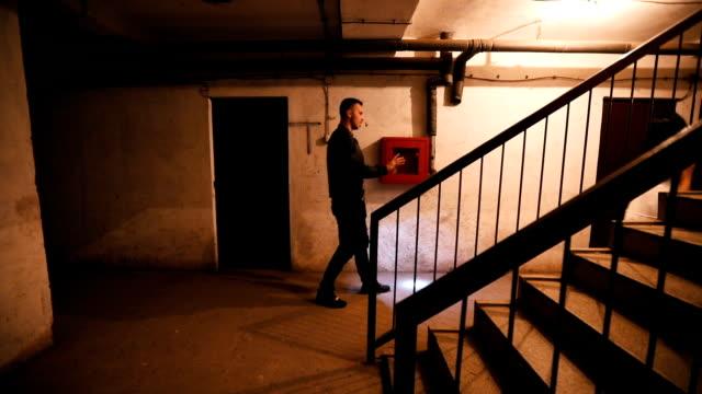 男は幽霊の前に倒れる - 疑念点の映像素材/bロール