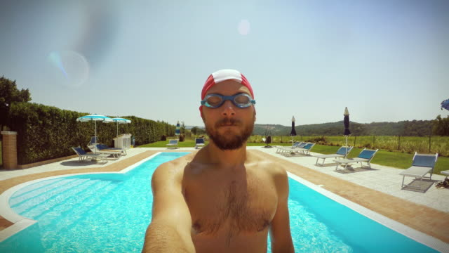 mann fallen im swimmingpool - bombe stock-videos und b-roll-filmmaterial