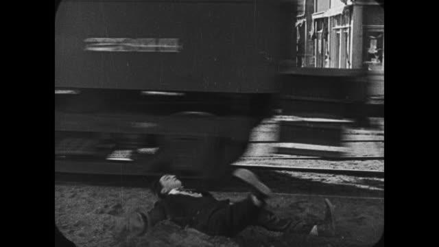 1921 man (buster keaton) falls off train - 1921 stock-videos und b-roll-filmmaterial