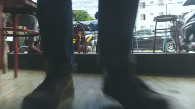 mann-füße in schuhen hautnah zu fuß nach vorne unterwegs - fuß anatomiebegriff stock-videos und b-roll-filmmaterial