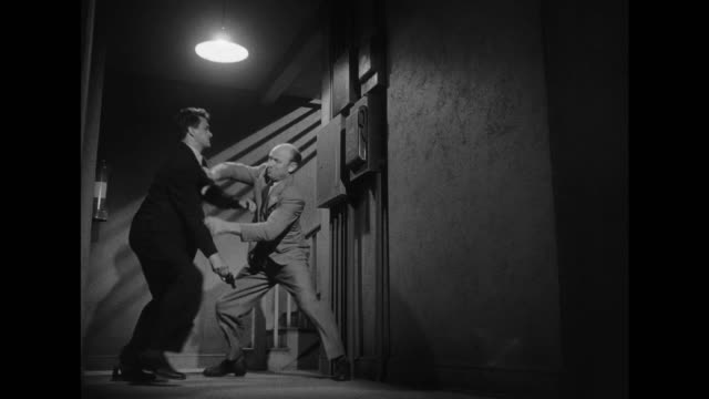 vídeos de stock e filmes b-roll de 1948 man fights thug knocking him out cold - gânguester