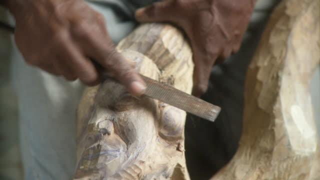 vídeos de stock e filmes b-roll de cu man filing wood sculpture / havana, cuba - escultura
