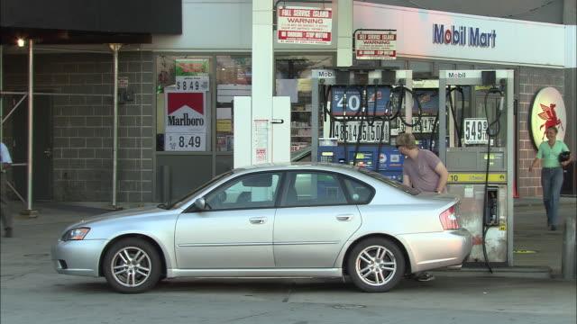 vídeos y material grabado en eventos de stock de ws, man filling car at gas station, new york city, new york, usa - combustible fósil