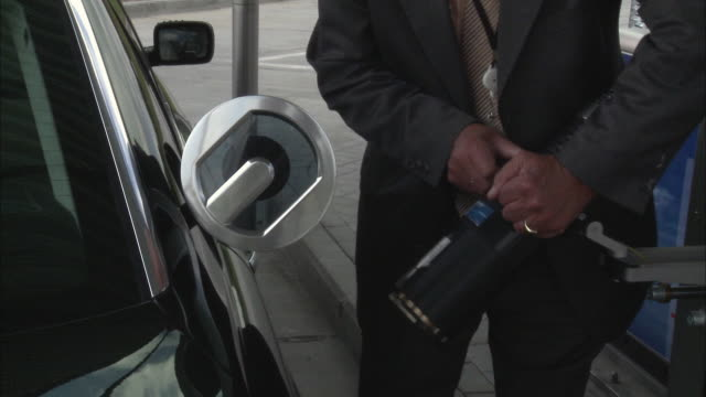 cu, man filling up car on hydrogen station, mid section, brussels, belgium - fossil fuel stock videos & royalty-free footage