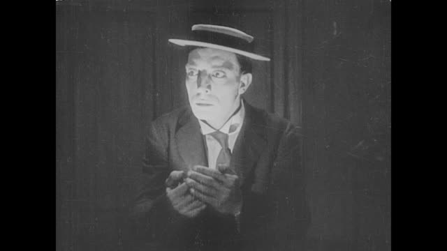 stockvideo's en b-roll-footage met 1923 man (buster keaton) finds himself in house of horrors - angst