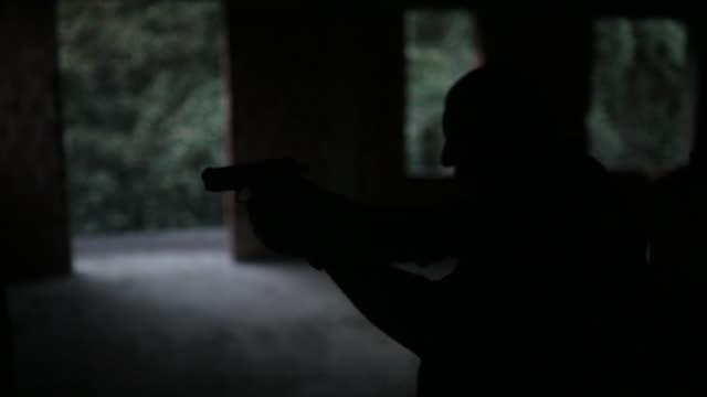 男銃を発射 - 銃撃事件点の映像素材/bロール