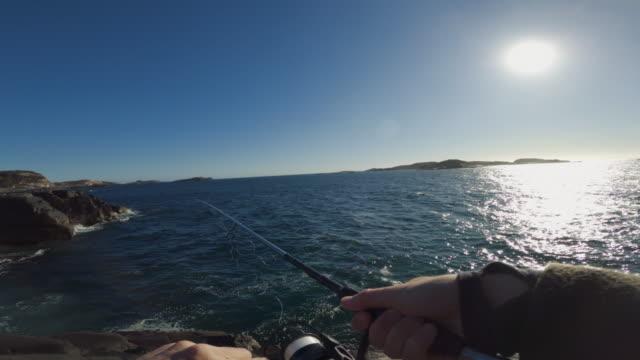 vidéos et rushes de pov homme pêchant dans la mer avec une tige - caméra portable