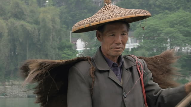 stockvideo's en b-roll-footage met ms td man fishing with birds / close to li river, guangxi, china - alleen één mid volwassen man