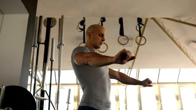 Mann-Fitness-Trainer erklärt Bankdrücken training