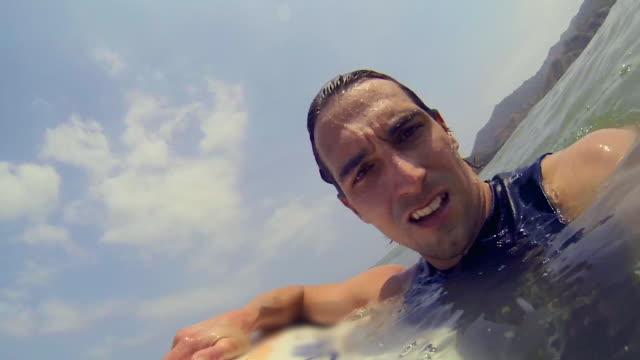 pov: man floating in water looking into camera - 表す点の映像素材/bロール