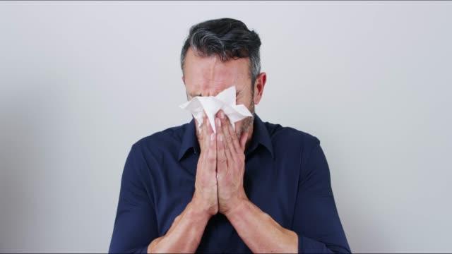 vídeos y material grabado en eventos de stock de gripe hombre reclama otra víctima - estornudar