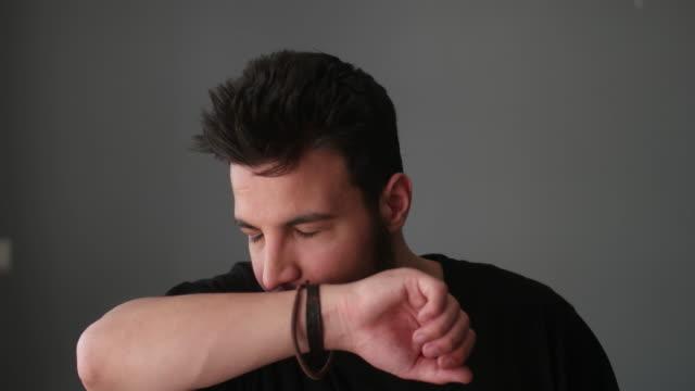 男性インフルエンザは別の犠牲者を主張 - 鼻腔点の映像素材/bロール