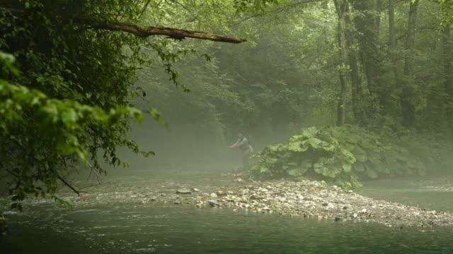 vídeos de stock, filmes e b-roll de pesca da mosca do homem em vermont - outdoor pursuit