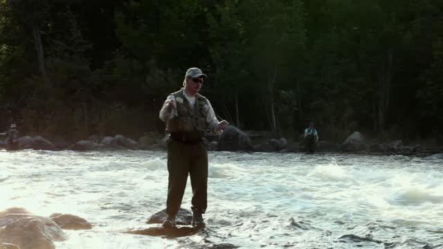 vidéos et rushes de ws man fly-fishing at middle dam on richardson lake / south arm, maine, usa - industrie de la pêche