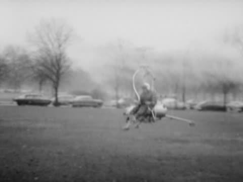 man flying a gyrocopter - ヘリコプター点の映像素材/bロール