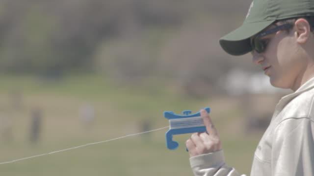 vídeos y material grabado en eventos de stock de man flying kite in park - gorra de béisbol