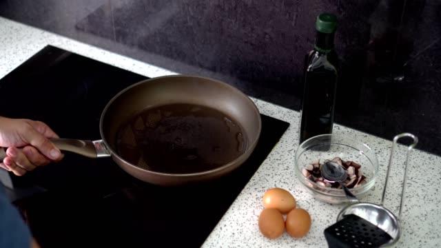 stockvideo's en b-roll-footage met man frituren eieren - gebakken ei