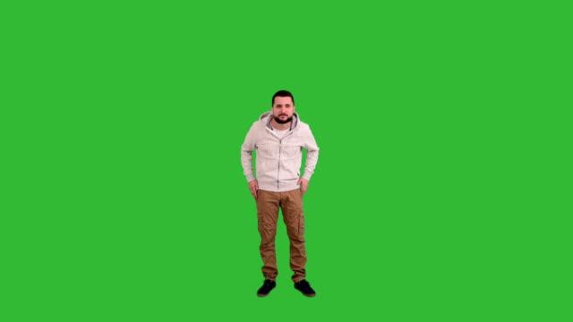 vídeos y material grabado en eventos de stock de hombre gesticular sorprende y me causa perplejidad señal en pantalla verde de fondo - encuadre de cuerpo entero