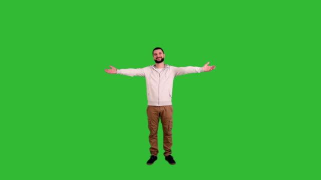 mann gestikulieren willkommen schild auf green-screen-hintergrund - ganzkörperansicht stock-videos und b-roll-filmmaterial