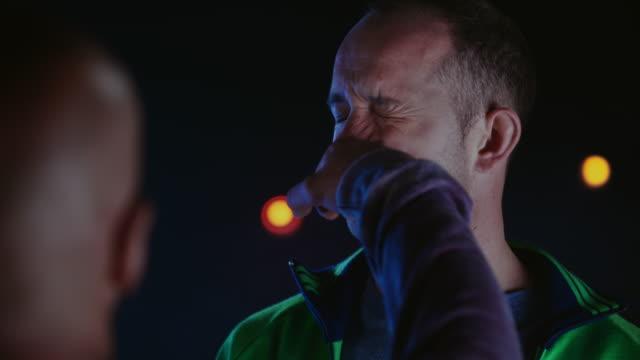 slo mo ld uomo che prende un pugno sul naso - viso video stock e b–roll