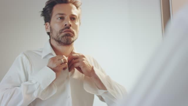 男性服を着る - all shirts点の映像素材/bロール