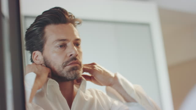 vidéos et rushes de homme se vêtir - boutique