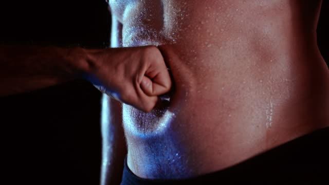 slo mo mann wird mit der faust in den bauch geschlagen - belly punching stock-videos und b-roll-filmmaterial