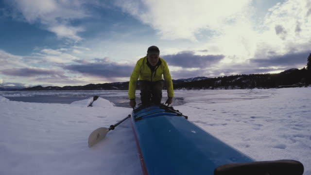vidéos et rushes de man getting out of kayak - casquette de baseball