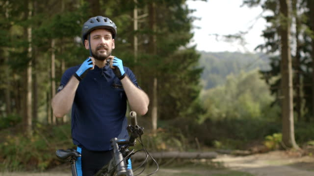 stockvideo's en b-roll-footage met man getting ready for cycling - sporthelm