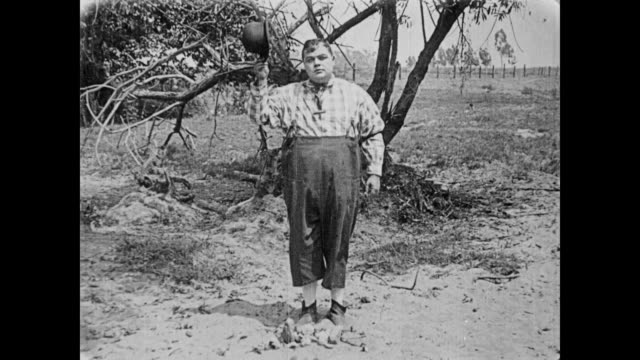 1919 man (fatty arbuckle) gives last rights to empty alcohol bottle - bedauern stock-videos und b-roll-filmmaterial