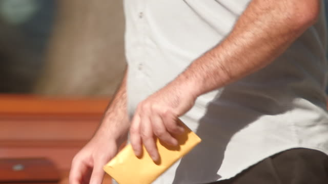 stockvideo's en b-roll-footage met man gives yellow envelope filled with cash - omkoping