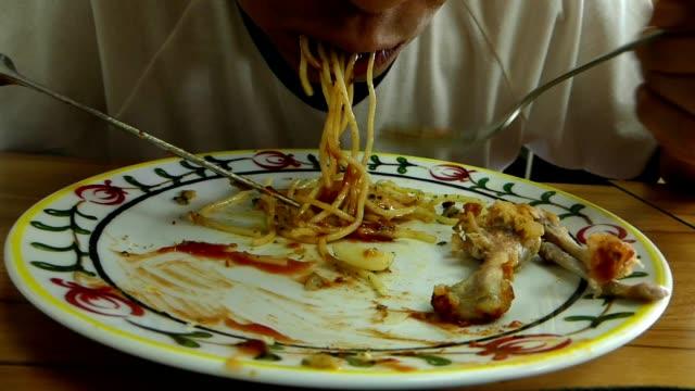 vidéos et rushes de homme gourmand manger spaghetti - avidité