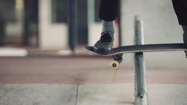 Uomo effetto consumato su rotaia con skateboard