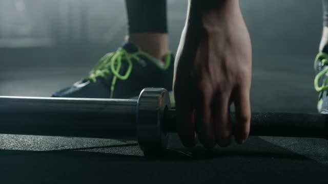 mann packende langhantel in turnhalle - menschlicher muskel stock-videos und b-roll-filmmaterial