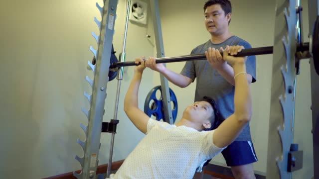 vídeos de stock, filmes e b-roll de instrutor de ginástica do homem - instrutor de fitness
