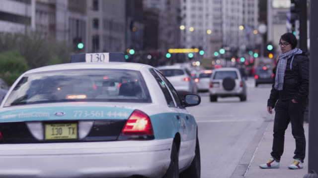 vidéos et rushes de ws man hailing and entering taxi at michigan avenue / chicago, illinois, usa - taxi