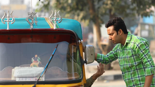 man hailing auto rickshaw in city - rickshaw stock videos & royalty-free footage