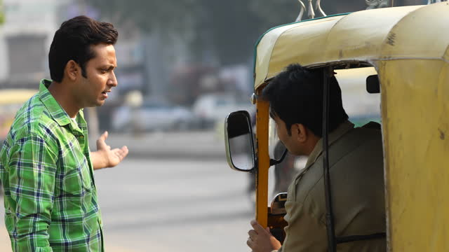 vidéos et rushes de homme saluant le pousse-pousse d'auto dans la ville - demander