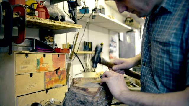 man hammering metal - 中年の男性一人点の映像素材/bロール